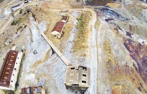 Vista aérea del silo de descarga de las instalaciones mineras de Tharsis en Alosno, Huelva. Autor: Nimbovisión. Fuente: Minas de Sierra Morena. Los Colores de la Tierra. 2013.
