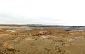 Paisaje de marisma junto al trazado del antiguo ferrocarril minero de Tharsis a Corrales en Huelva. Autora: Marta Santofimia. Fuente: Minas de Sierra Morena. Los Colores de la Tierra. 2013