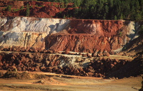 Cerro colorado en Minas de Riotinto (Huelva). Autor: Antonio Arcos. Fuente: Minas de Sierra Morena. Los Colores de la Tierra. 2013.