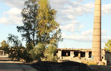 Chimenea de la fundición La Cruz en Linares, Jaén. Autora: Marta Santofimia. Fuente: Archivo particular del autora. 2011