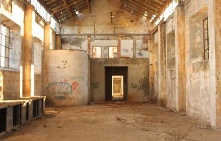 Interior de una de las naves de la fundición La Cruz en Linares, Jaén. Autor: Marta Santofimia. Fuente: Archivo particular del autora. 2011