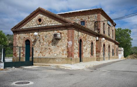 Vista noroeste de la estación de ferrocarril de Guadalcanal, Sevilla. Autor: JCC. Fuente: Minas de Sierra Morena. Los Colores de la Tierra. 2013