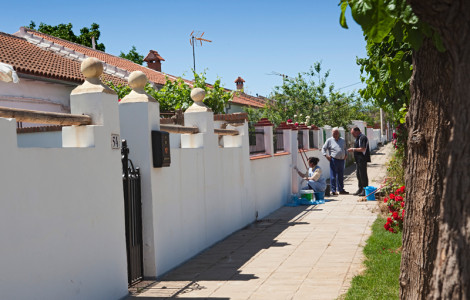 Vecinos del poblado de Cerro del Hierro (Sevilla).
