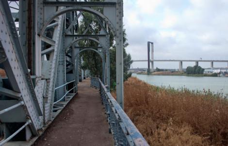Puente Alfonso XIII en Sevilla. Al fondo, puente del V Centenario. Autora: Marta Santofimia. Fuente: Minas de Sierra Morena. Los Colores de la Tierra. 2013