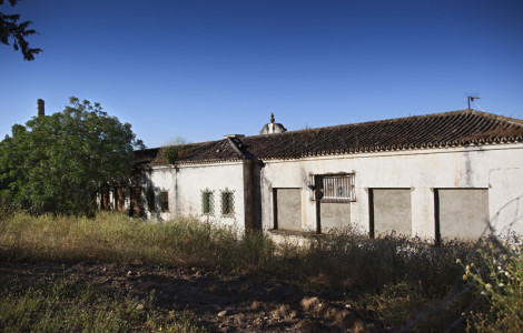 Parte trasera del antiguo colegio de Santo Domingo de la Calzada en el barrio del Carbonal. Villanueva del Río y Minas, Sevilla. Autor: JCC. Fuente: Minas de Sierra Morena. Los Colores de la Tierra. 2013