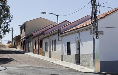 Viviendas de la calle Granada de la barriada obrera conocida popularmente como El Congo en Almadén, Ciudad Real (1960-1969). Autor: JCC. Fuente: Minas de Sierra Morena. Los Colores de la Tierra. 2013